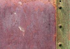 纹理金属片与螺栓 绿色生锈的表面 免版税库存照片