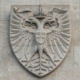 纹章学徽章当在主要城市市政厅Rathaus门面的装饰元素在维也纳,奥地利 库存图片