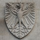 纹章学徽章当在主要城市市政厅Rathaus门面的装饰元素在维也纳,奥地利 免版税图库摄影