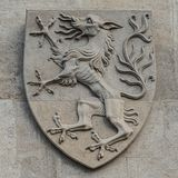 纹章学徽章当在主要城市市政厅Rathaus门面的装饰元素在维也纳,奥地利 库存照片