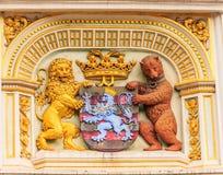 纹章学狮子和熊,城镇厅徽章,布鲁日,比利时,欧洲的城市胳膊 免版税图库摄影