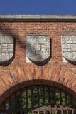 纹章学门细节对Wawel皇家城堡,克拉科夫,波兰的 库存照片