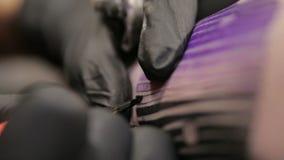 纹身花刺在纹身花刺的艺术家油漆在客户,宏观看法皮肤  影视素材