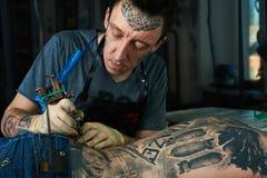 纹身花刺大师在演播室 免版税图库摄影
