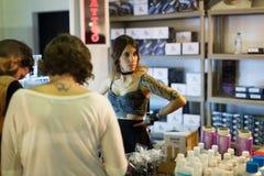 纹身花刺油漆许多管在附近陈列室和艺术家的 免版税库存照片