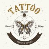 纹身花刺演播室横幅 经典之作和葡萄酒纹身花刺 现实蝴蝶、三角和循轨道运行的月亮 神圣的几何 库存例证