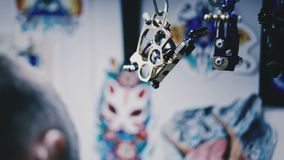 纹身花刺的机器在持有人垂悬 股票录像