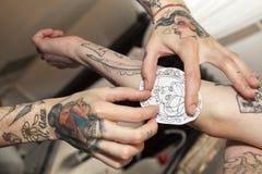 纹身花刺的钢板蜡纸 表面s妇女 Como湖 免版税图库摄影