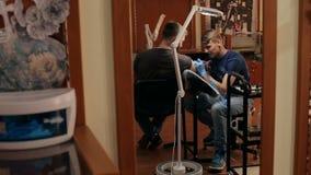 纹身花刺艺术家做纹身花刺人在纹身花刺客厅里 股票视频