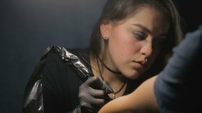纹身花刺艺术家做纹身花刺 草拟在肩膀关闭的纹身花刺 影视素材