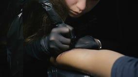 纹身花刺艺术家做纹身花刺 草拟在肩膀关闭的纹身花刺 股票视频