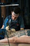 纹身花刺艺术家做纹身花刺 免版税库存图片