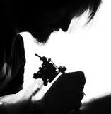 纹身花刺艺术家在工作 图库摄影