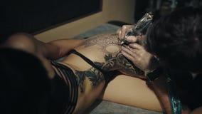 纹身花刺艺术家在演播室做纹身花刺 股票录像