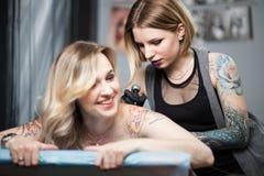 纹身花刺艺术家在演播室 免版税库存图片