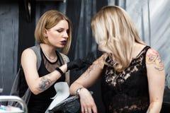 纹身花刺艺术家在演播室 免版税库存照片
