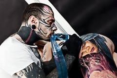 纹身花刺艺术家在纹身花刺大会工作 免版税库存照片