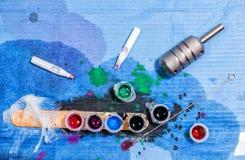 纹身花刺艺术家桌在工作以后 特写镜头 免版税库存照片