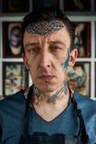 纹身花刺艺术家特写镜头画象在演播室 免版税库存照片