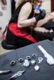 纹身花刺艺术家适用于纹身花刺妇女的肩胛骨 免版税库存照片