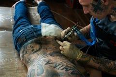 纹身花刺艺术家结束纹身花刺 免版税库存照片
