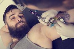 纹身花刺艺术家 免版税库存图片