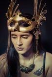 纹身花刺,有金面具的战士妇女,长的头发浅黑肤色的男人。长的h 免版税库存照片