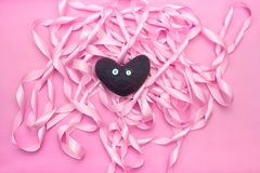 纺织品在桃红色颜色装饰缎丝带卷的背景的玩具心脏  库存照片