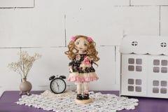 纺织品手工制造葡萄酒玩偶,在浅粉红色和蓝色纺织品礼服的长的棕色卷发画象有嫉妒的 库存图片