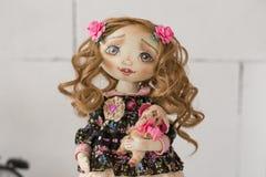 纺织品手工制造葡萄酒玩偶,在浅粉红色和蓝色纺织品礼服的长的棕色卷发画象有嫉妒的 库存照片