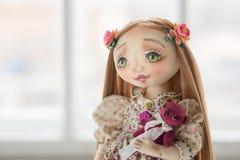 纺织品手工制造葡萄酒玩偶,在浅粉红色的纺织品礼服的长的棕色头发画象有嫉妒的有柔和的印刷品的 免版税库存图片