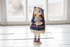 纺织品手工制造葡萄酒玩偶,在老蓝色纺织品礼服的长的棕色头发画象有蓝眼睛的有柔和的印刷品的 免版税库存照片