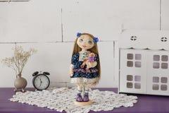 纺织品手工制造葡萄酒玩偶,在老蓝色纺织品礼服的长的棕色头发画象有蓝眼睛的有柔和的印刷品的 库存图片