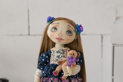 纺织品手工制造葡萄酒玩偶,在老蓝色纺织品礼服的长的棕色头发画象有蓝眼睛的有柔和的印刷品的 库存照片