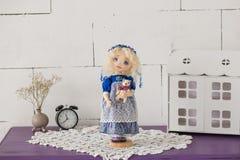 纺织品手工制造葡萄酒玩偶,在老蓝色纺织品礼服的长的金发画象有蓝眼睛的有柔和的印刷品的 免版税图库摄影