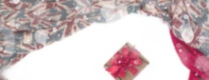 纺织品的横幅装饰装饰的框架 妇女` s围巾红色形象英国旗子 库存照片