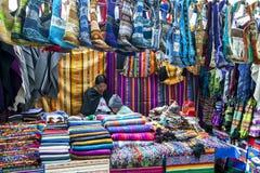 纺织品五颜六色的显示待售在印地安市场上在Otavolo在厄瓜多尔 免版税库存照片