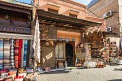 纺织品和纪念品在市场上在马拉喀什,摩洛哥 免版税库存照片