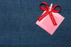 纺织品心脏、丝带和桃红色照片框架 浪漫爱题材 免版税库存照片