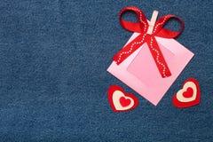 纺织品心脏、丝带和桃红色照片框架 浪漫爱题材 免版税库存图片
