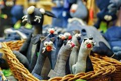 纺织品恶意嘘声戏弄在里加圣诞节市场上 库存照片
