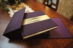 纺织品葡萄酒婚礼照片书 免版税库存照片