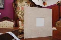 纺织品葡萄酒婚礼照片书 免版税图库摄影