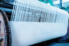 纺织品车间织布机 免版税库存图片