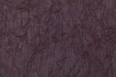 从纺织材料的黑暗的紫色波浪背景 与自然纹理特写镜头的织品 库存照片