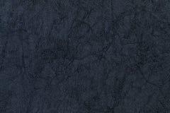 从纺织材料的黑暗的紫色背景 与自然纹理的织品 免版税库存照片
