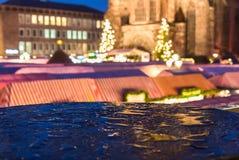 纽伦堡,德国圣诞节市场在雨中弄脏了晚上风景 免版税库存图片