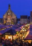 纽伦堡,德国圣诞节市场美好的晚上风景 库存图片