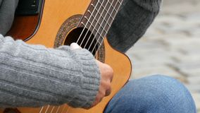 纽伦堡,德国- 2018年12月1日:街道演奏熟练弹的吉他专家在街道的声学吉他 影视素材