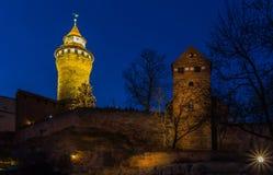 纽伦堡(纽伦堡),德国晚上老镇皇家城堡 图库摄影